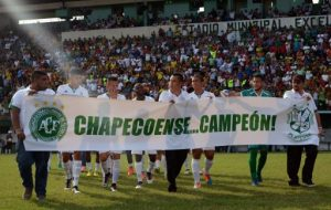 Honduras' Platense football team hold a banner to pay homage for the 71 victims of the plane crash -including Chapecoense's football team- in the Colombian mountains earlier this week, before the start of their Honduran Tournament semifinal against Real Espana, at the Municipal Excelsior stadium in Puerto Cortes, 260 kms north of Tegucigalpa, on December 4, 2016. The unsung club was having a fairytale season until the charter plane flying it to the biggest match in its history -the Copa Sudamericana final- ran out of fuel and slammed into the mountains outside Medellin. / AFP PHOTO / ORLANDO SIERRA
